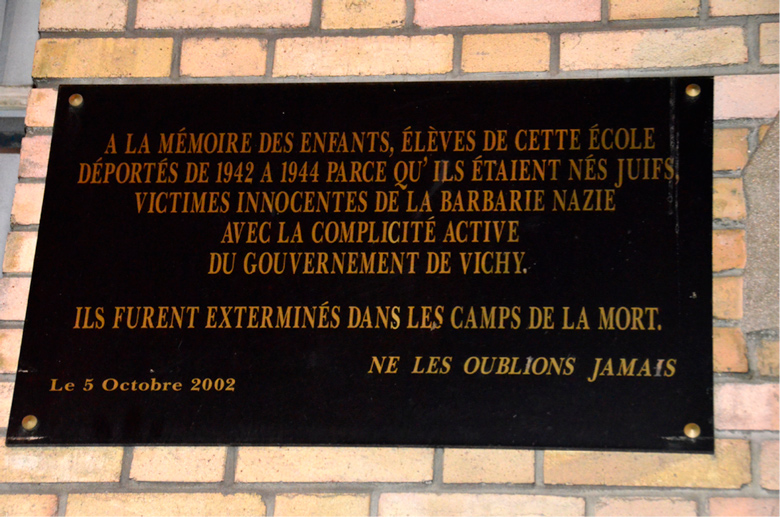 image of plaque memorial for Holocaust death camp in French